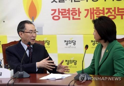 4月11日上午,在首尔国会大楼,在野党正义党的总统候选人沈相奵(右)与武大伟会面。(韩联社)