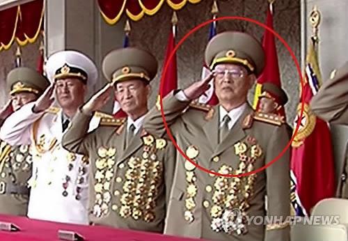 朝鲜前国家保卫相金元弘(红圈)登主席台观礼。图片仅限韩国国内使用,严禁转载复制。(韩联社/朝鲜中央电视台)