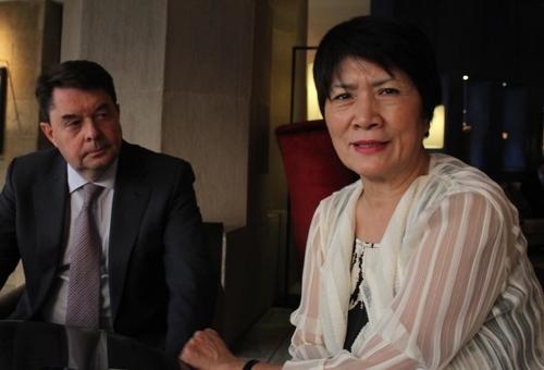资料图片:UNWTO下属ST-EP财团理事长都英心(右)与UNWTO秘书长特雷布·里法(韩联社)