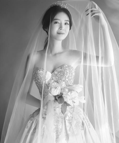 金素英婚纱照(韩联社/YG娱乐提供)