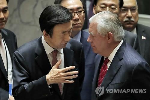 当地时间4月28日,在美国纽约联合国总部,韩国外长尹炳世(左)与美国国务卿蒂勒森交谈。(韩联社)