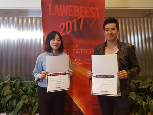 图为《72秒》美术导演(左)与《Dramaworld》主演手捧奖杯。(韩联社)