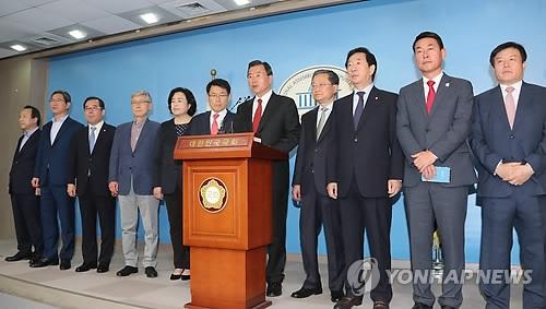 5月2日,正党的13名议员召开记者会并宣布退党。(韩联社)