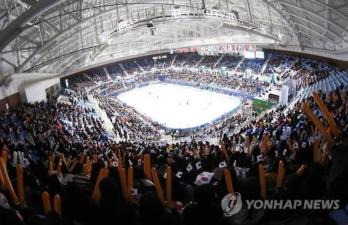 资料图片:人潮汹涌的江陵冰上赛场(韩联社)
