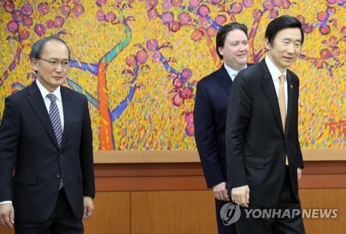 5月2日,在韩国外交部,韩美日三国外长准备入座。左起依次是长岭安政、马克·纳珀、尹炳世。(韩联社)
