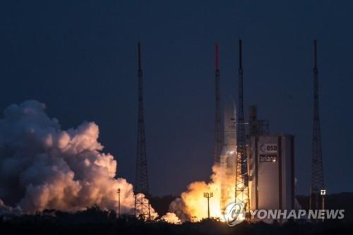 资料图片:阿丽亚娜火箭在库鲁太空中心发射升空。(韩联社/法新社)
