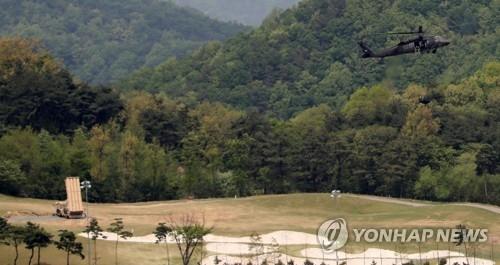 资料图片:5月2日,驻韩美军通过直升机将石油运至星州高尔夫球场。(韩联社)