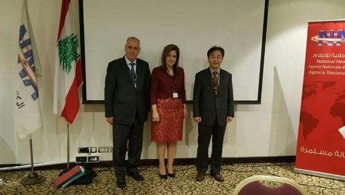 当地时间5月3日,韩联社社长朴鲁晃(右一)在黎巴嫩出席亚太国家通讯社组织执行委员会会议,与阿塞拜疆国家新闻社社长阿斯兰·阿斯兰诺夫(左一)和黎巴嫩国家新闻通讯社社长劳拉·苏雷曼合影留念。(韩联社)