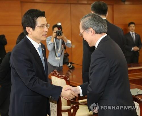 韩国代总统黄教安接见日本驻韩大使长岭安政(右)。(韩联社)