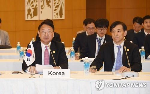 5月5日,在横滨,韩国经济副总理兼企划财政部长官柳一镐(左)主持韩中日财长会。(韩联社/韩国企划财政部提供)