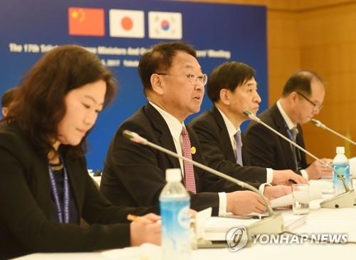 5月5日,在横滨,韩国经济副总理兼企划财政部长官柳一镐(左二)主持韩中日财长会。(韩联社)