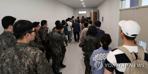 无法在5月9日大选当天投票的韩国选民排队进行缺席投票。(韩联社)