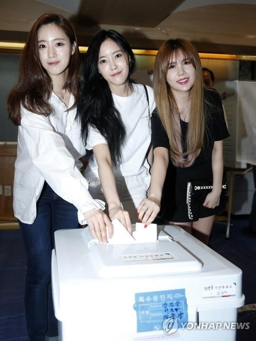 5月5日上午,在清潭洞,T-ARA成员们投票时嫣然一笑。(韩联社)
