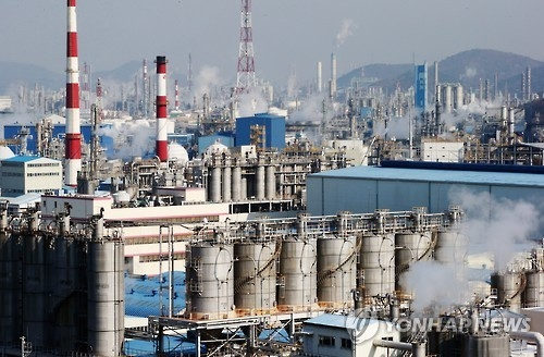 资料图片:全罗南道丽水国家产业园内的炼油、化学园区(韩联社)