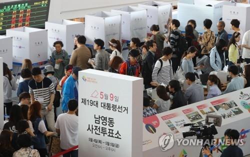 5月5日上午,在首尔汽车站内的投票站,选民参加缺席投票。(韩联社)