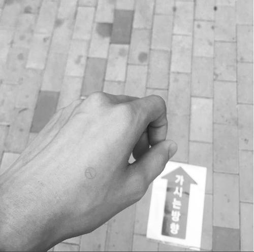 """演员柳俊烈在Instagram上晒出印着""""人""""字形图章的手背图。"""