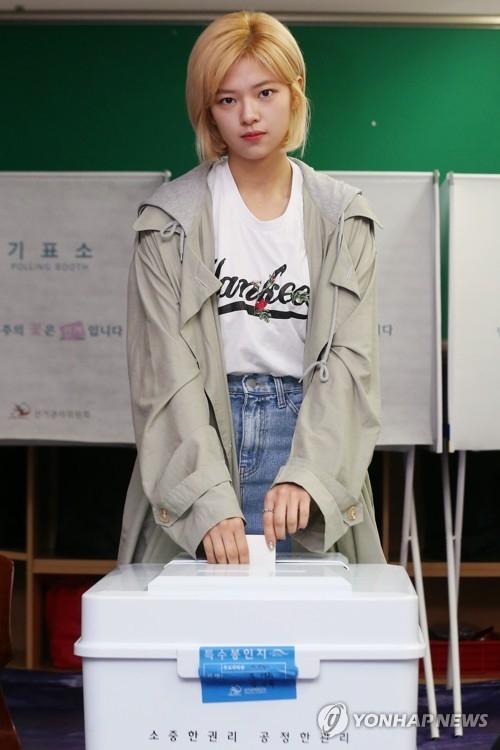 TWICE成员定延投出宝贵的一票。(韩联社)
