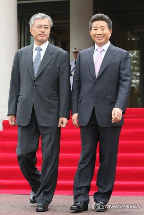 文在寅(左)与已故前总统卢武铉(韩联社)