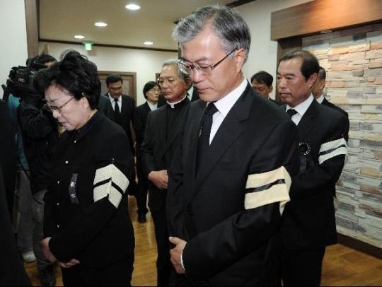 文在寅参加卢武铉葬礼。(韩联社)