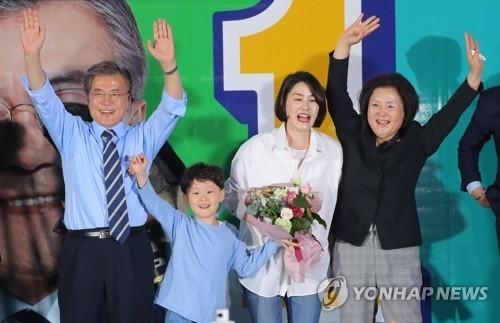 5月8日下午,在首尔市光化门广场,文在寅与妻子、女儿、孙子招手拉票。(韩联社)