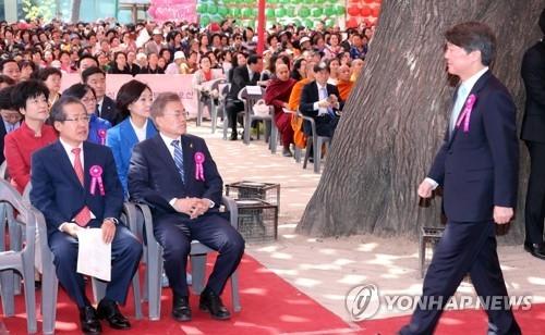 5月3日,在首尔市曹溪寺,文在寅与安哲秀(右)、洪准杓出席佛诞节庆典。(韩联社)