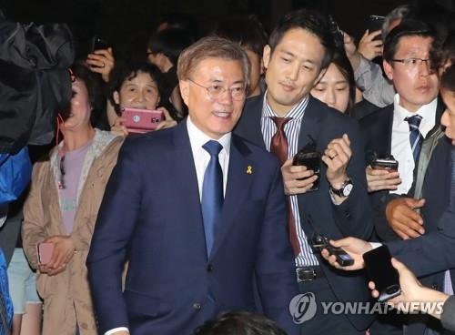 图为共同民主党候选人文在寅在得知出口民调结果后前往国会。韩国KBS、MBC、SBS等三大主流电视台9日进行的第19届韩国总统选举出口民调结果显示,文在寅的得票率为41.4%,以压倒性优势领先其他候选人,稳居第一。(韩联社)