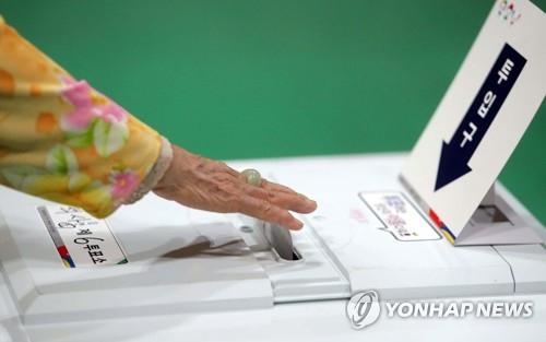 资料图片:5月9日,在江原道春川市,一位年迈的选民投票选总统。(韩联社)