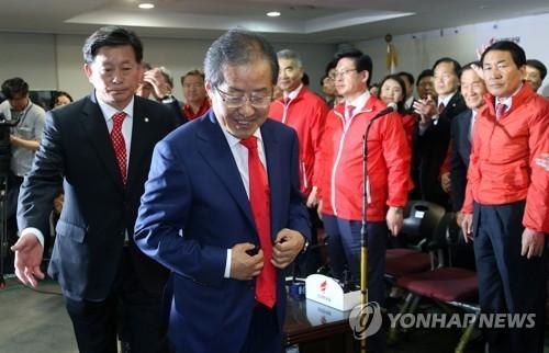 5月9日晚,洪准杓到访自由韩国党总部开票状况室后离开。(韩联社)