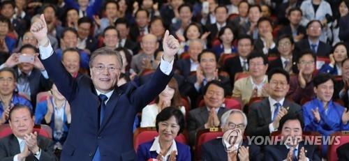 5月9日晚,在位于首尔汝矣岛的国会议员会馆大会议室,共同民主党候选人文在寅双手竖起大拇指。
