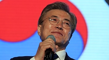 5月9日晚,在光化门广场,文在寅发表讲话。(韩联社)