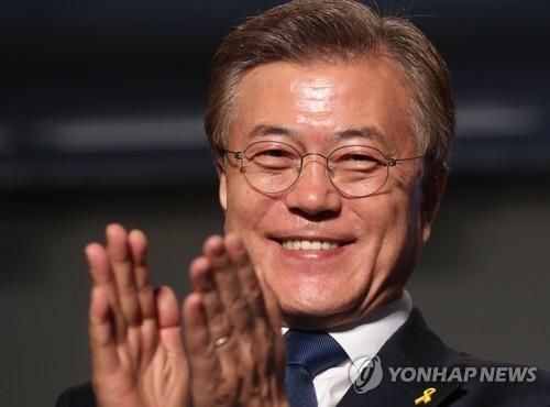 5月9日晚,文在寅在当选后笑逐颜开。(韩联社)