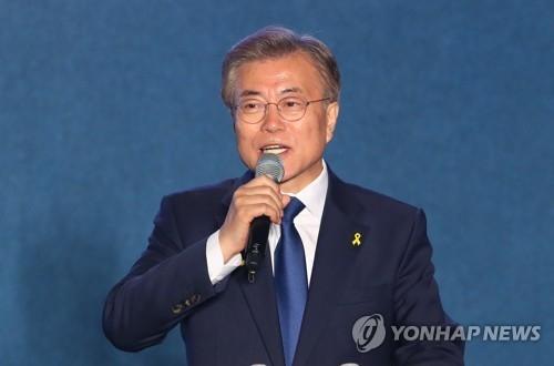 5月9日晚,在首尔光化门广场,文在寅发表讲话。(韩联社)