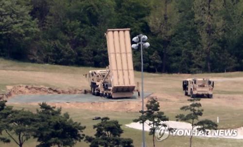 """资料图片:部署到星州高尔夫球场的""""萨德""""反导系统的拦截弹发射车(韩联社)"""