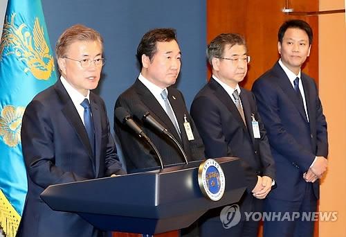 5月10日,在青瓦台春秋馆,韩国总统文在寅宣布提名李洛渊、徐薰和任钟晳为候任总理、情报首长和幕僚长。左起依次是文、李、徐、任。