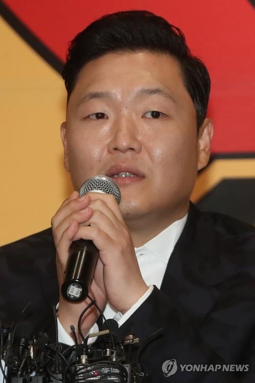 5月10日下午,在首尔永登浦区康莱德酒店,鸟叔PSY举办纪念第8张正式专辑《4x2=8》发布记者会。(韩联社)