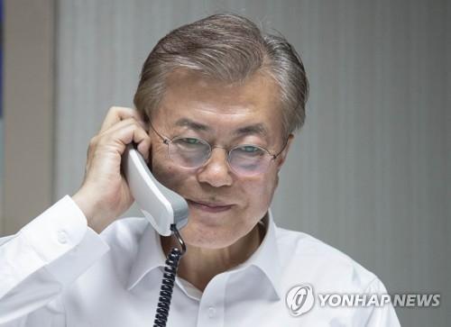 5月10日晚,韩国新任总统文在寅与美国总统特朗普通电话(韩联社/青瓦台提供)
