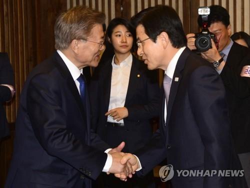 资料图片:文在寅(左)和黄教安(韩联社)