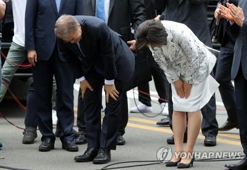 文在寅(左)和金正淑90度鞠躬。(韩联社)