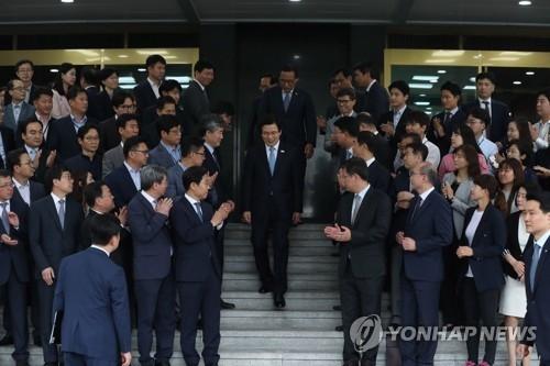 5月11日,在首尔市的韩国中央政府办公楼,众公务员欢送黄教安走下权坛。