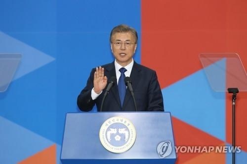 5月10日,在韩国国会,文在寅宣誓就任韩国第19届总统。(韩联社)
