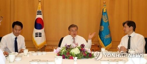 5月11日上午,在青瓦台,韩国新任总统文在寅(左二)与新就职的幕僚共进午餐。(韩联社)