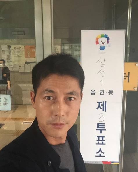 演员郑雨盛参加大选投票后晒自拍照。