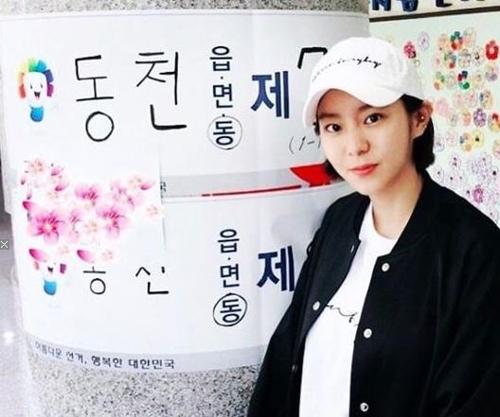 歌手兼演员U-IE(金宥真)在Instagram上贴出投票照。