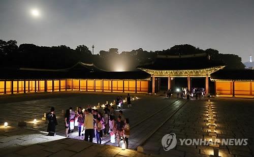 资料图片:昌德宫月光之旅现场(韩联社)