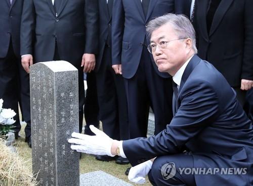 文在寅在竞选总统期间前往在野党票仓参谒民主公墓。(韩联社)