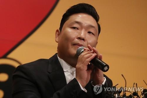 5月10日,PSY出席八辑《4X2=8》销售纪念记者会,正在听记者提问。(韩联社)