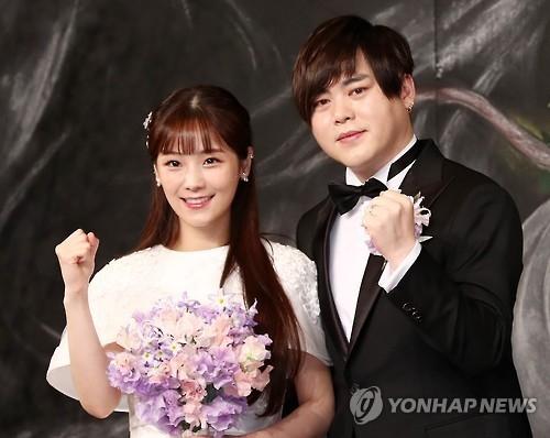 2月12日下午,在新罗酒店,昭燏(左)和文熙俊在婚礼前举办记者会。(韩联社/KOENSTARS提供)