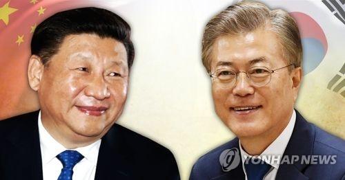 5月11日中午,韩国总统文在寅(右)同中国国家主席习近平通电话。