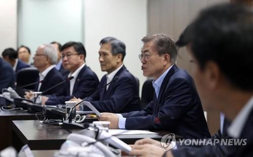 5月14日上午,在青瓦台,韩总统文在寅(右二)首次主持召开国家安全保障会议。(韩联社)