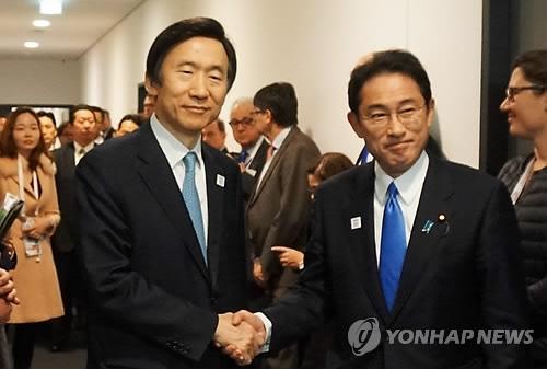资料图片:韩国外长尹炳世(左)和日本外相岸田文雄(韩联社)